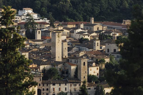 Cosa fare ad Ascoli Piceno in estate: una passeggiata fra i Sestieri della Quintana