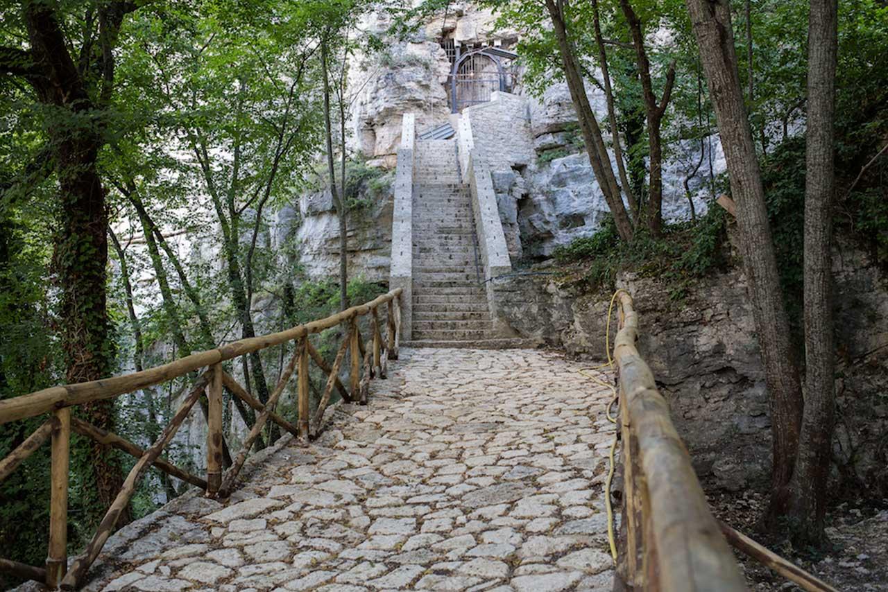 Nei dintorni di Ascoli Piceno, il Colle San Marco racconta la storia della città con luoghi affascinanti come quello dell'Eremo