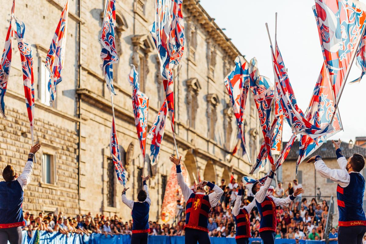"""Cosa vedere ad Ascoli Piceno: la città della Quintana diventa """"Capitale della bandiera""""."""