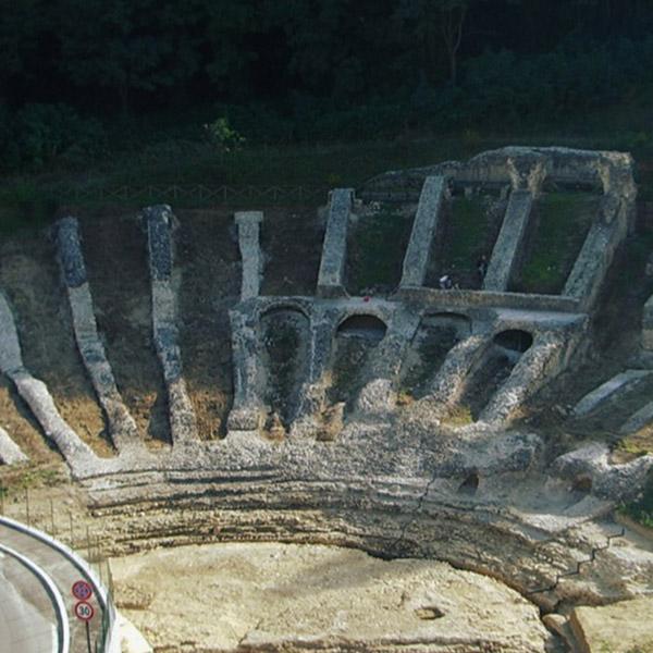 """""""TAU – Teatri Antichi Uniti"""" all'antico teatro romano di Ascoli Piceno con tre appuntamenti da non perdere"""